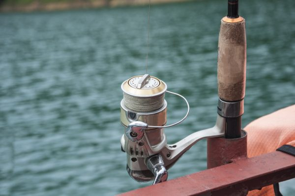Fishing reel going backwards because of the bail